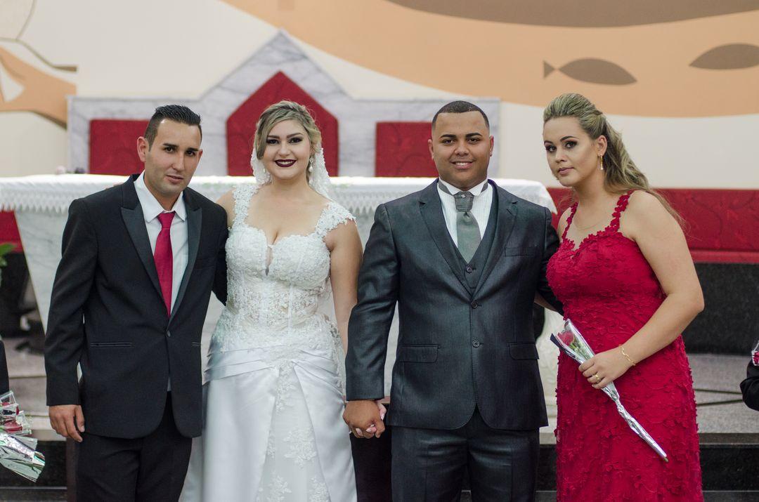 fotografia do casal com outro casal de padrinhos