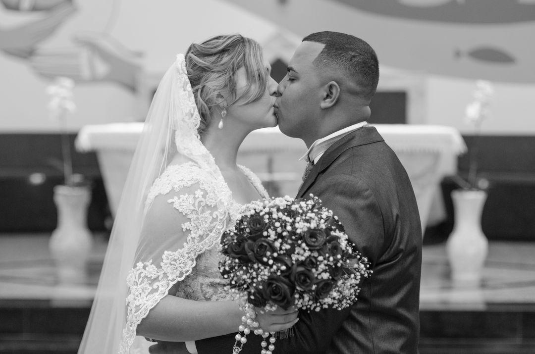 fotogrfafia do casal se beijando proximo ao altar