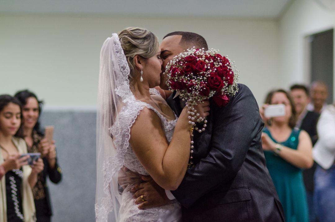fotografia do casal se beijando no final do corredor