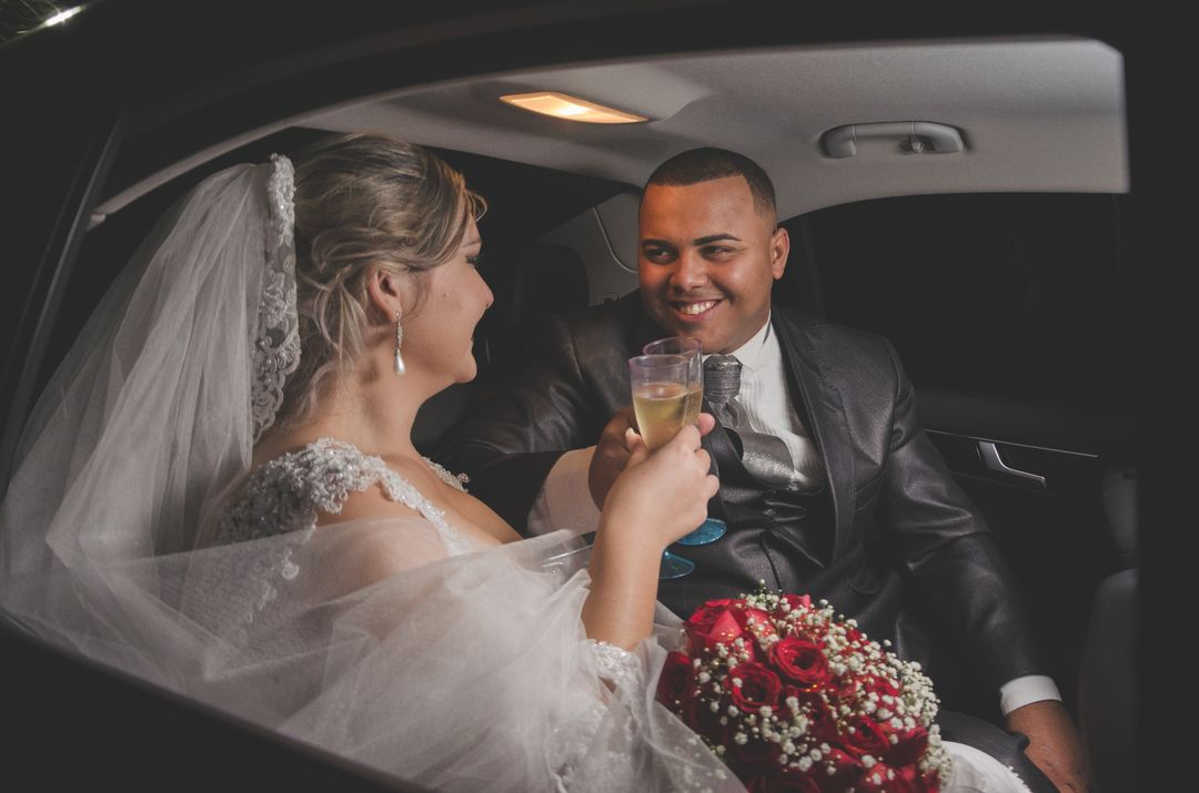 fotografia do casal dentro do carro brindando