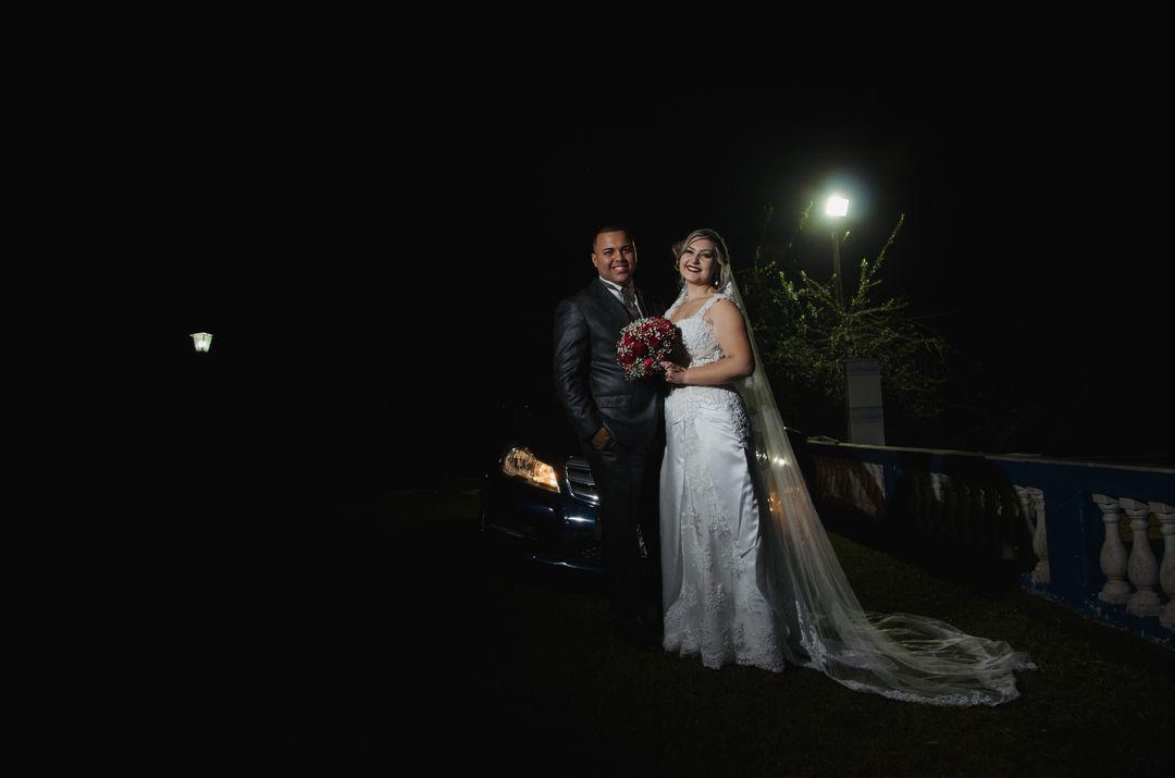 fotografia do casal proximo ao carro