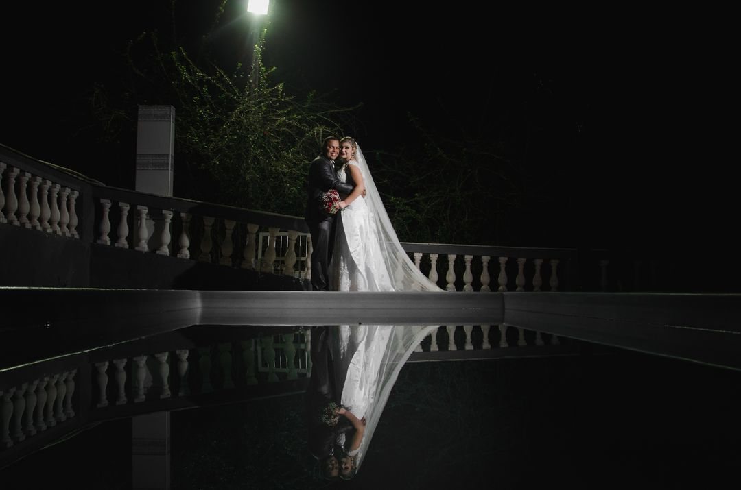 fotografia do casal proximo a piscina