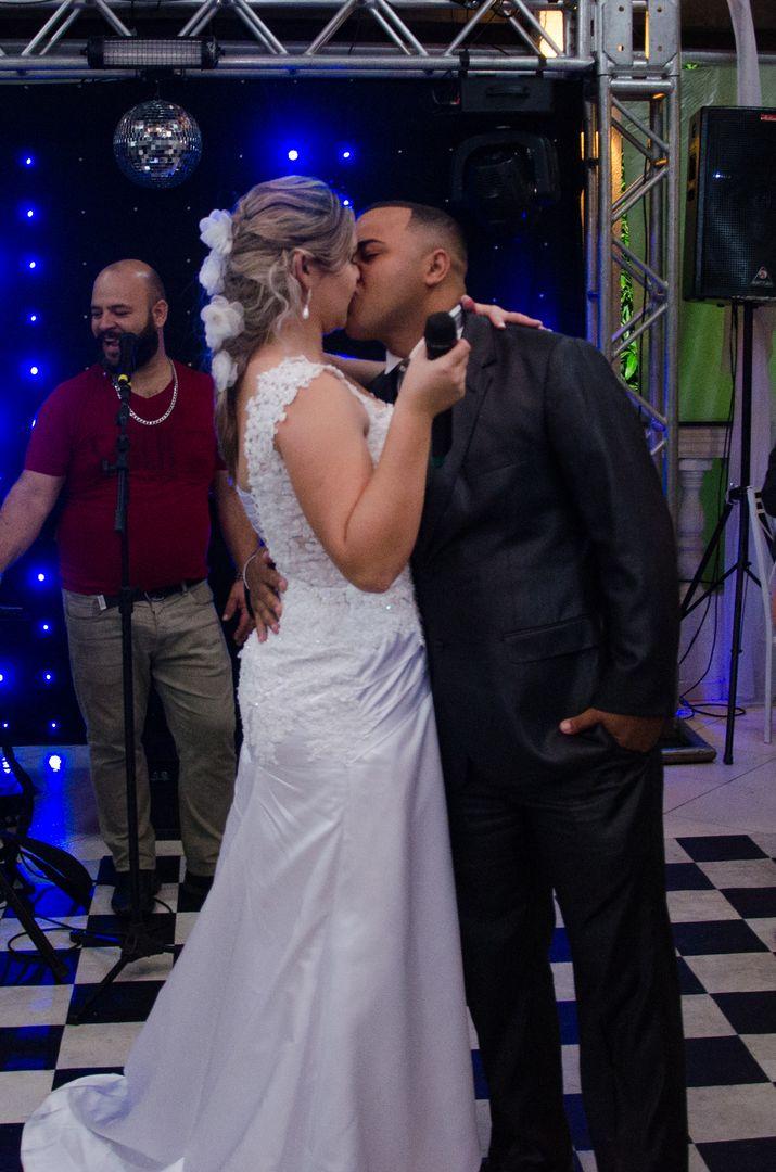 fotografia dos noivos se beijando