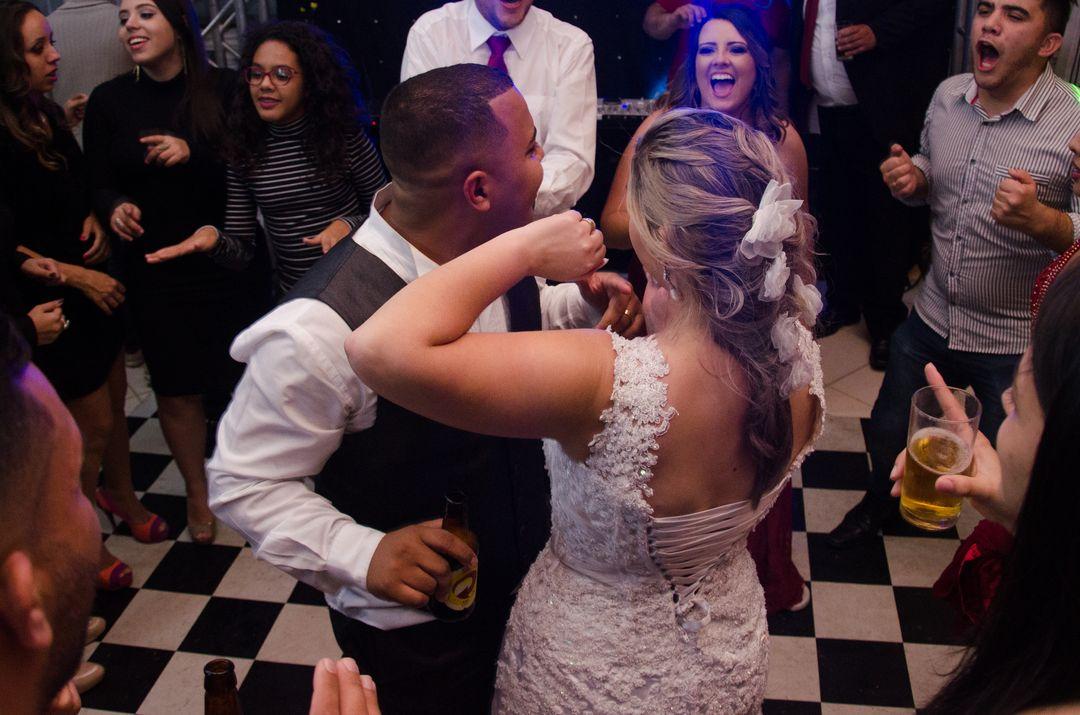 fotografia dos noivos dançando na pista