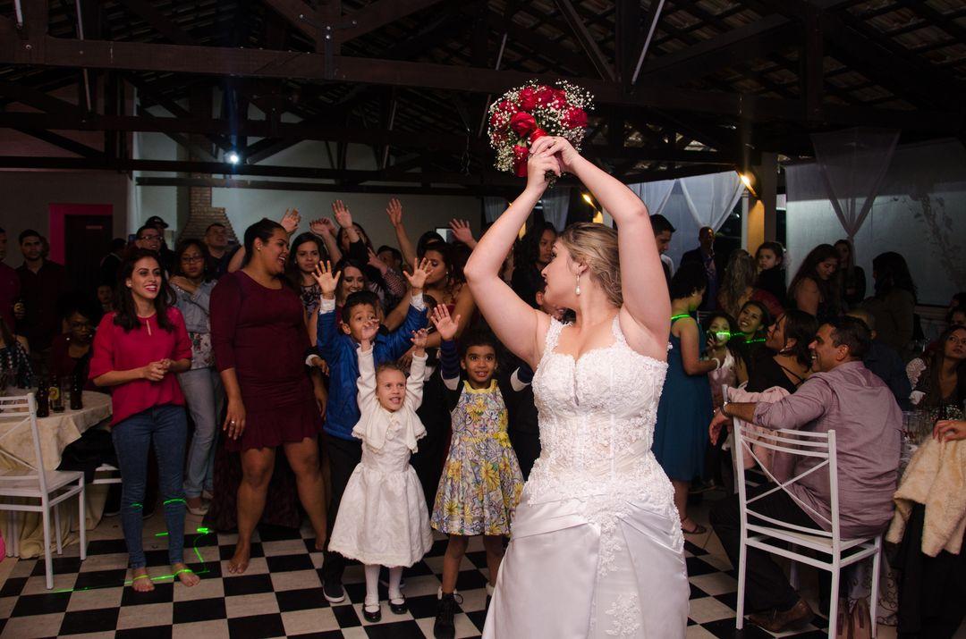 fotografia da noiva jogando o buque