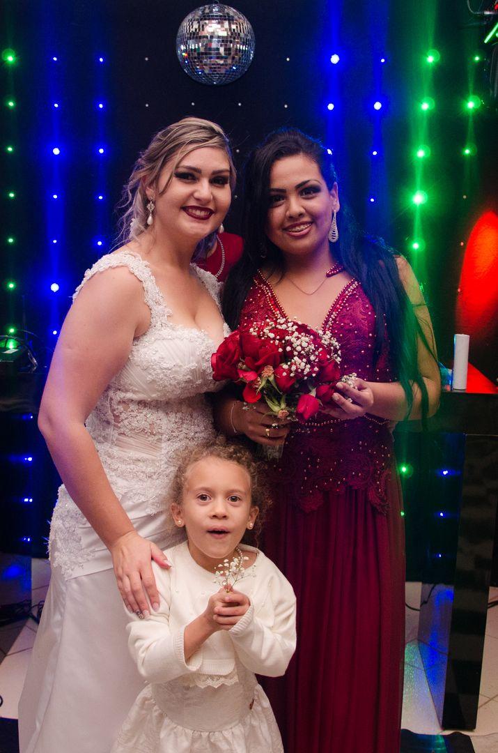 fotografia da noiva com a madrinha que pegou o buque