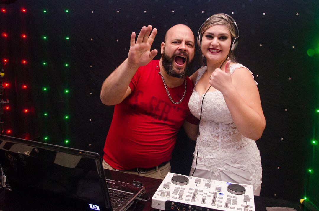fotografia da noiva com o dj