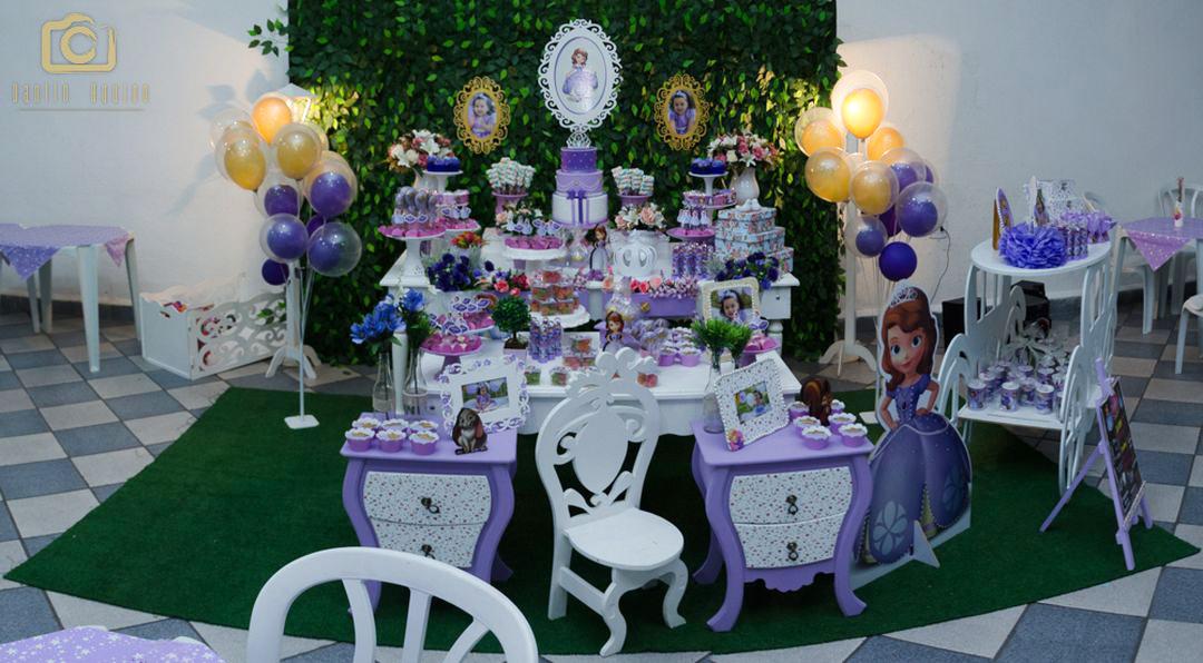 fotografia da mesa do bolo com decoração do tema princesa sophia