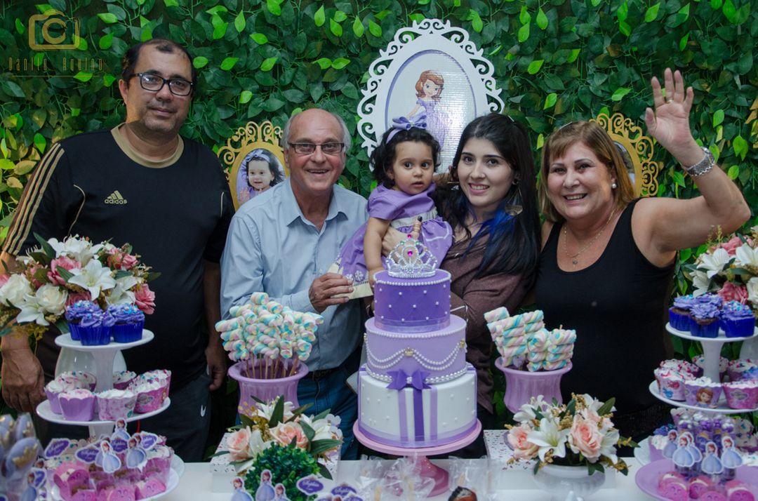 fotografia da sofia na mesa do bolo com familiares