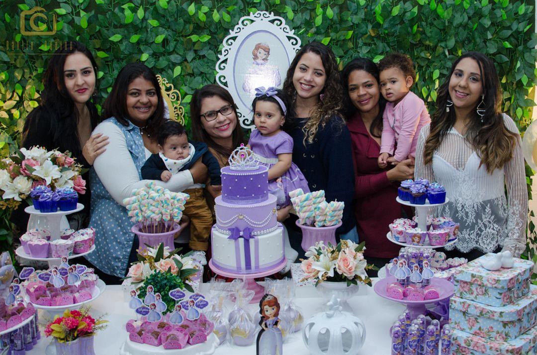 fotografia da sophia com a mãe a amigas na mesa do bolo