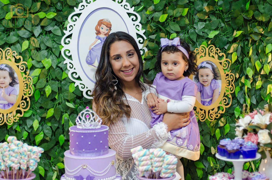 fotografia da sophia com sua mãe lizandra na mesa do bolo