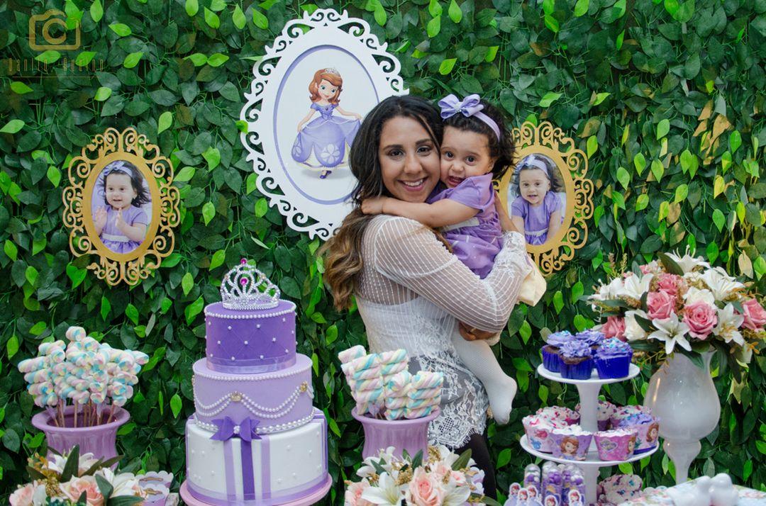 fotografia da sophia abraçando a mãe lizandra na mesa do bolo