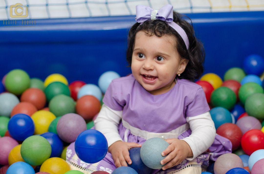 fotografia da sophia brincando na piscina de bolinhas