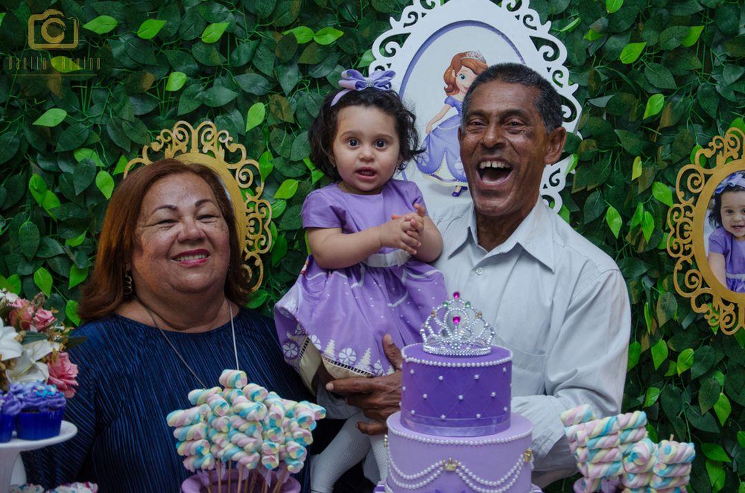 fofografia da sophia na mesa do bolo com seus bisavós