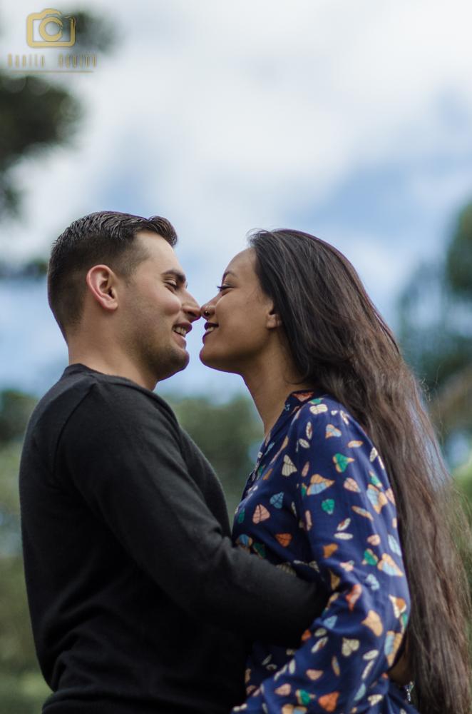fotografia do casal com o naris encostado e o céu de fundo