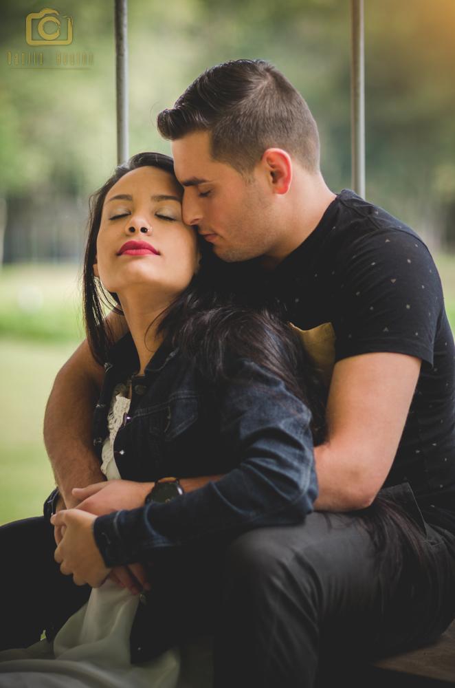 fotografia do casal sentados e de olhos fechados