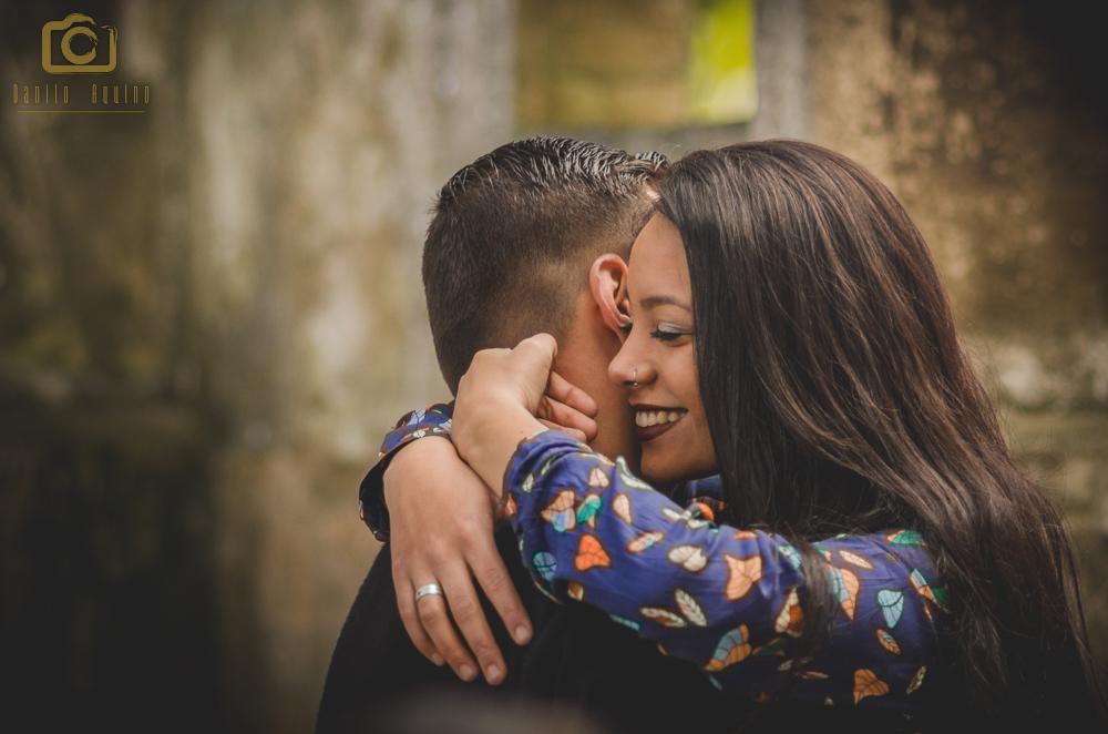 fotografia do casal abraçados e Nayara sorrindo com os olhos fechados