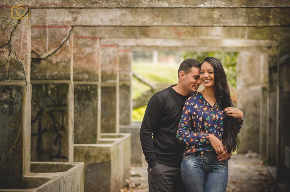 fotografia do casal em pé e washington atras da nayara falando no ouvido