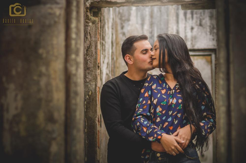 fotografia do casal em pé entre portas e washington abraçando nayara por tras