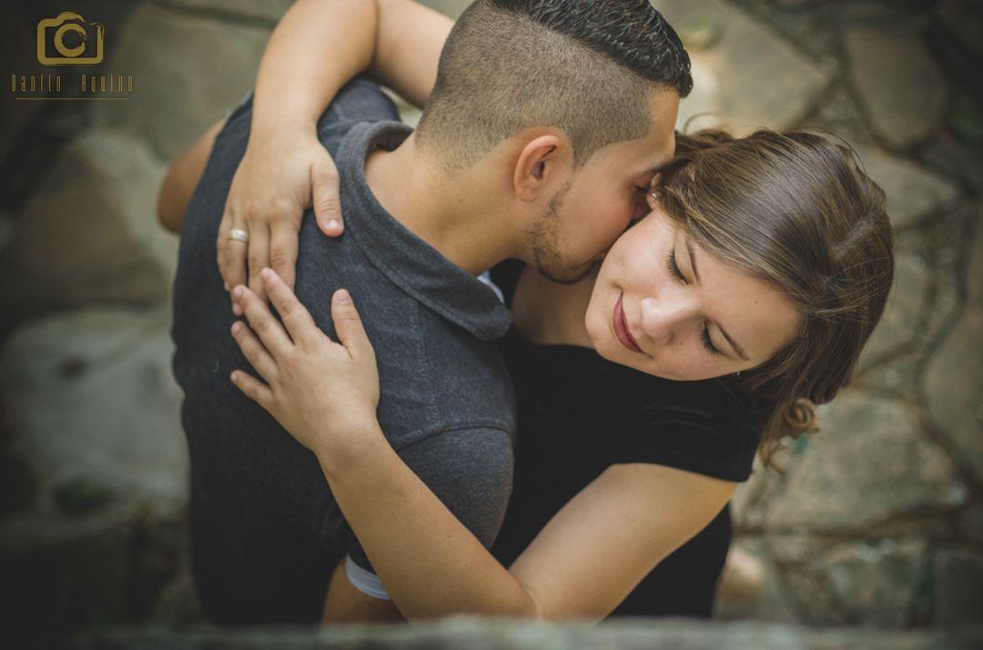 fotografia do eduardo beijando pescoço de vitoria com olhos fechados