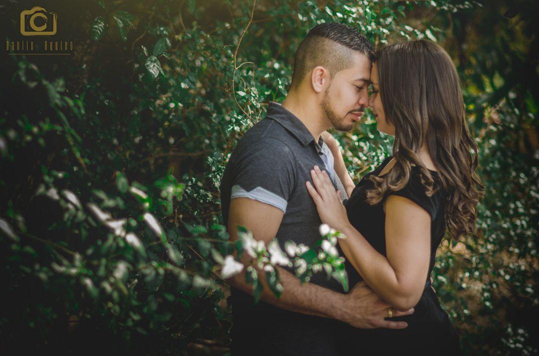 fotogria do casal em pé me meio a vegetação