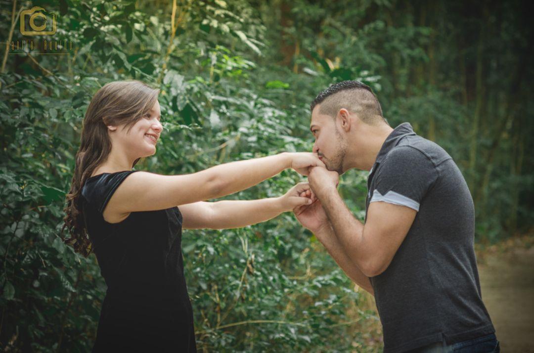 fotografia do eduardo beijando a mão de vitoria e se olhando e sorrindo
