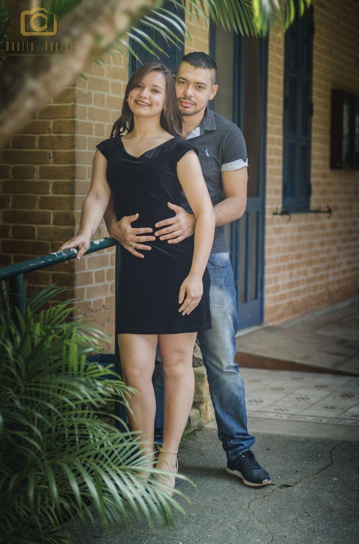 fotografia do casal em pé ao lado de um corre mão