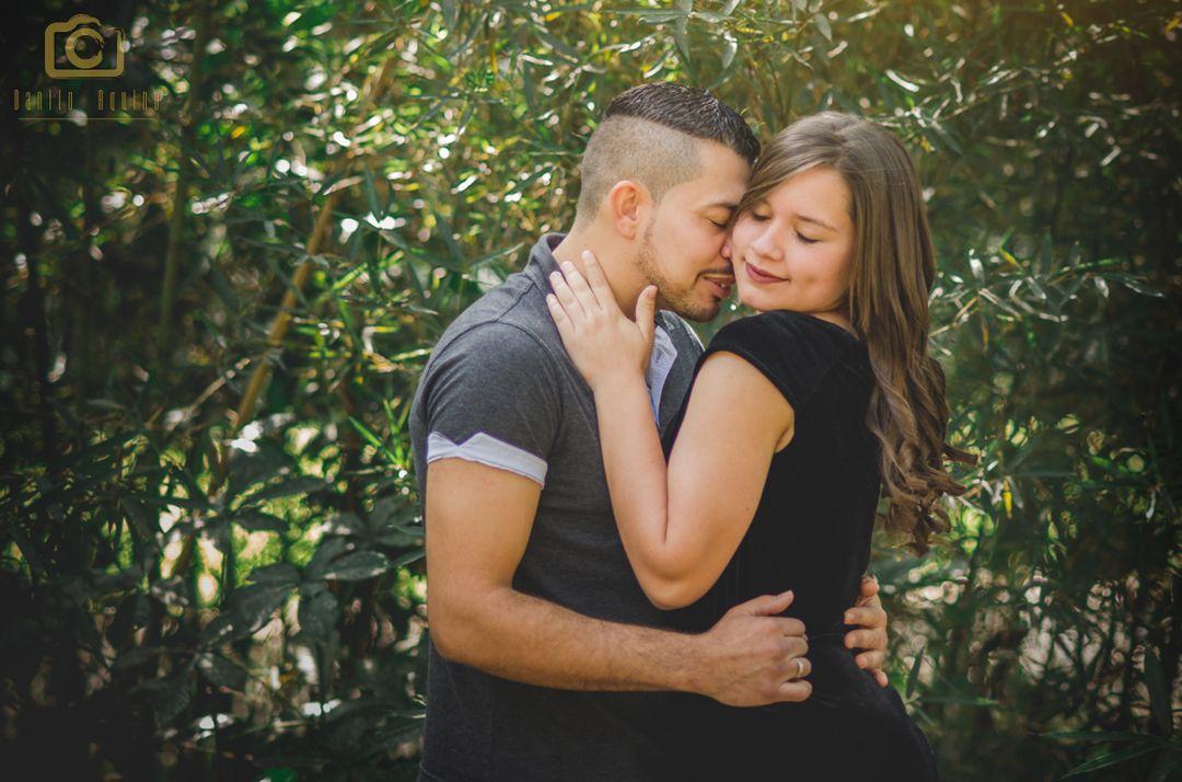 fotografia do casal se abraçando com os olhos fechados