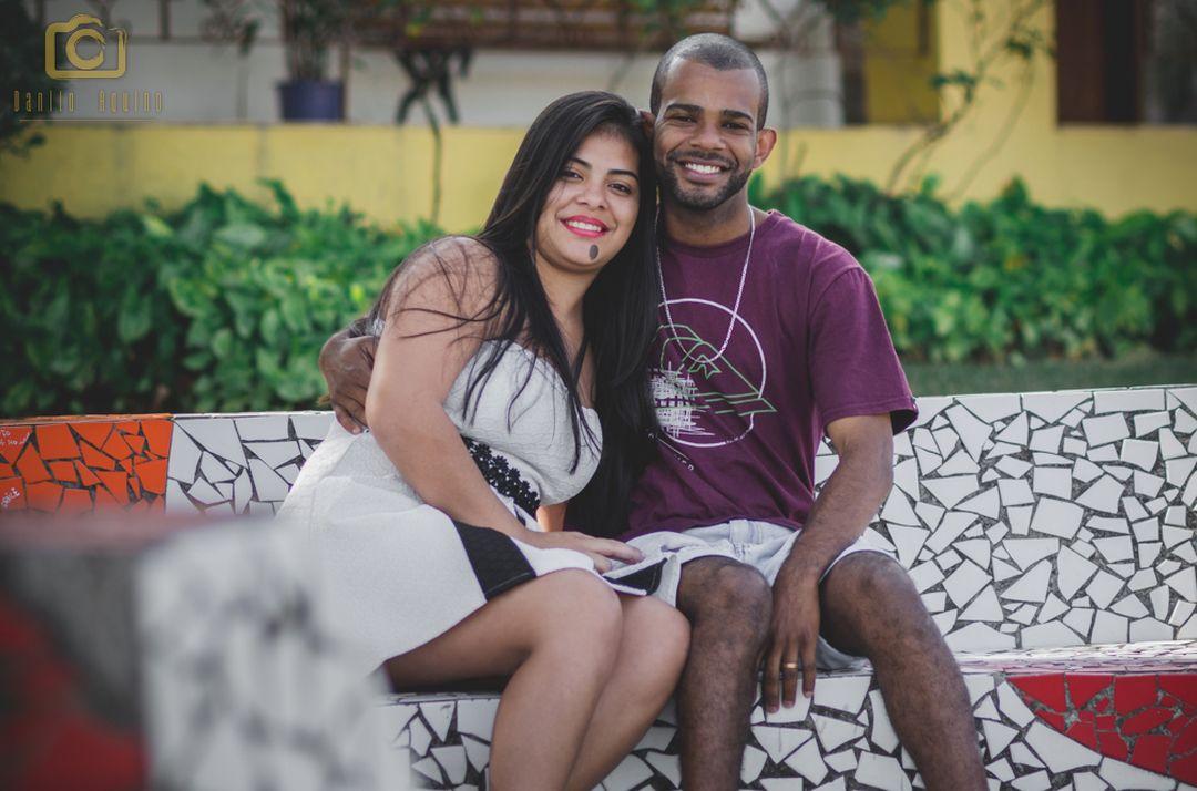 fotografia do casal sentado no banco e concreto