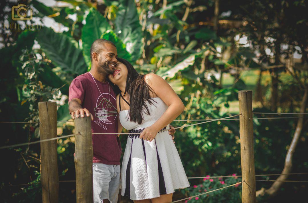 fotografia do casal em pé na ponte com a mary encostada com a cabeça no ombro do lucas