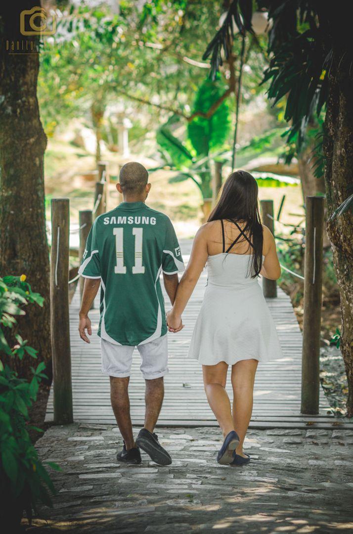 fotografia do casal indo pelo caminho até a ponte