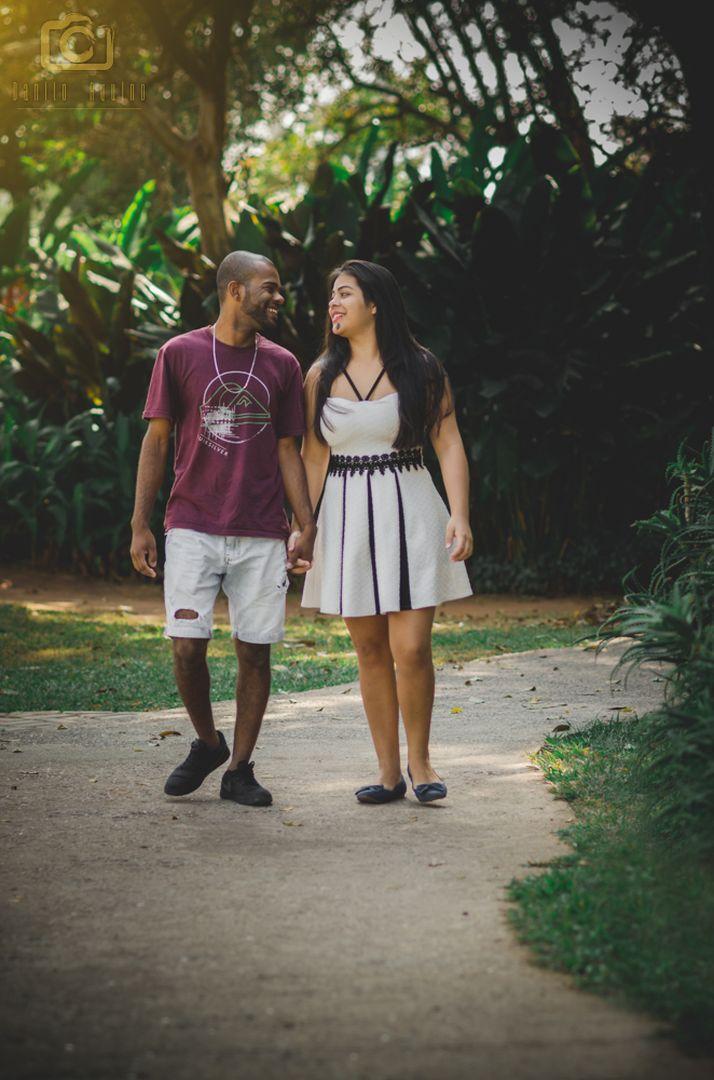 fotografia do casal caminhando pelo caminho entre as arvores