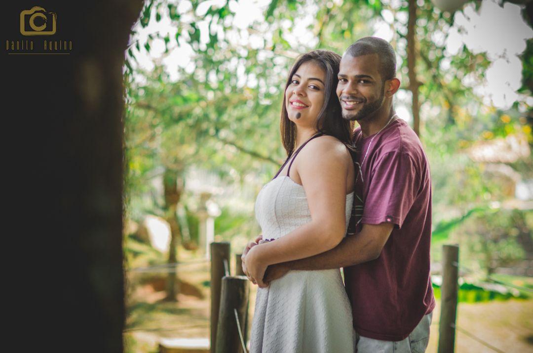 fotografia do casal em uma ponte e lucas abraçando por tras a mary