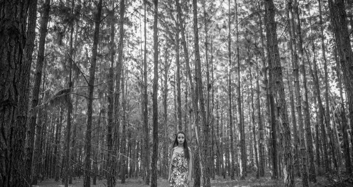 book 15 anos sessão de fotos externas preto e branco poses descontraídas fine art