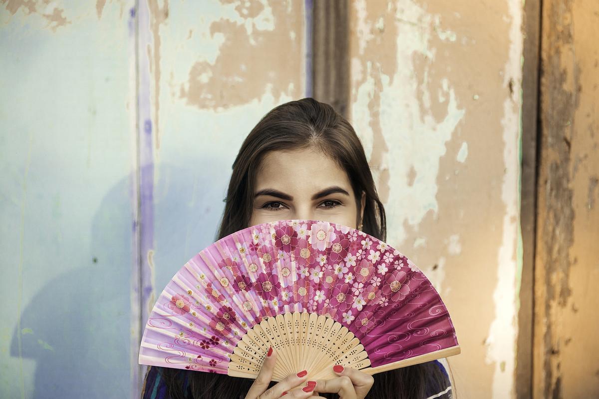 fotos externas ao ar livre no pesque e pague juliana roves por gabriel silvério em vilhena rondonia estilo japona com leque rosa unhas rosa em parede de madeira