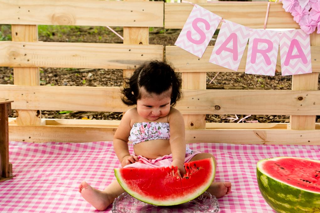 Ensaio Smash The Fruit, aline paim fotografia, ensaio externo, fotografia de familia, fotografo em joinville, bebê mexendo na melancia
