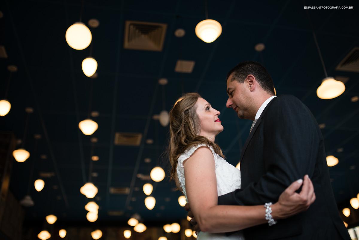 noivos abraçados se olhando num céu de luzes