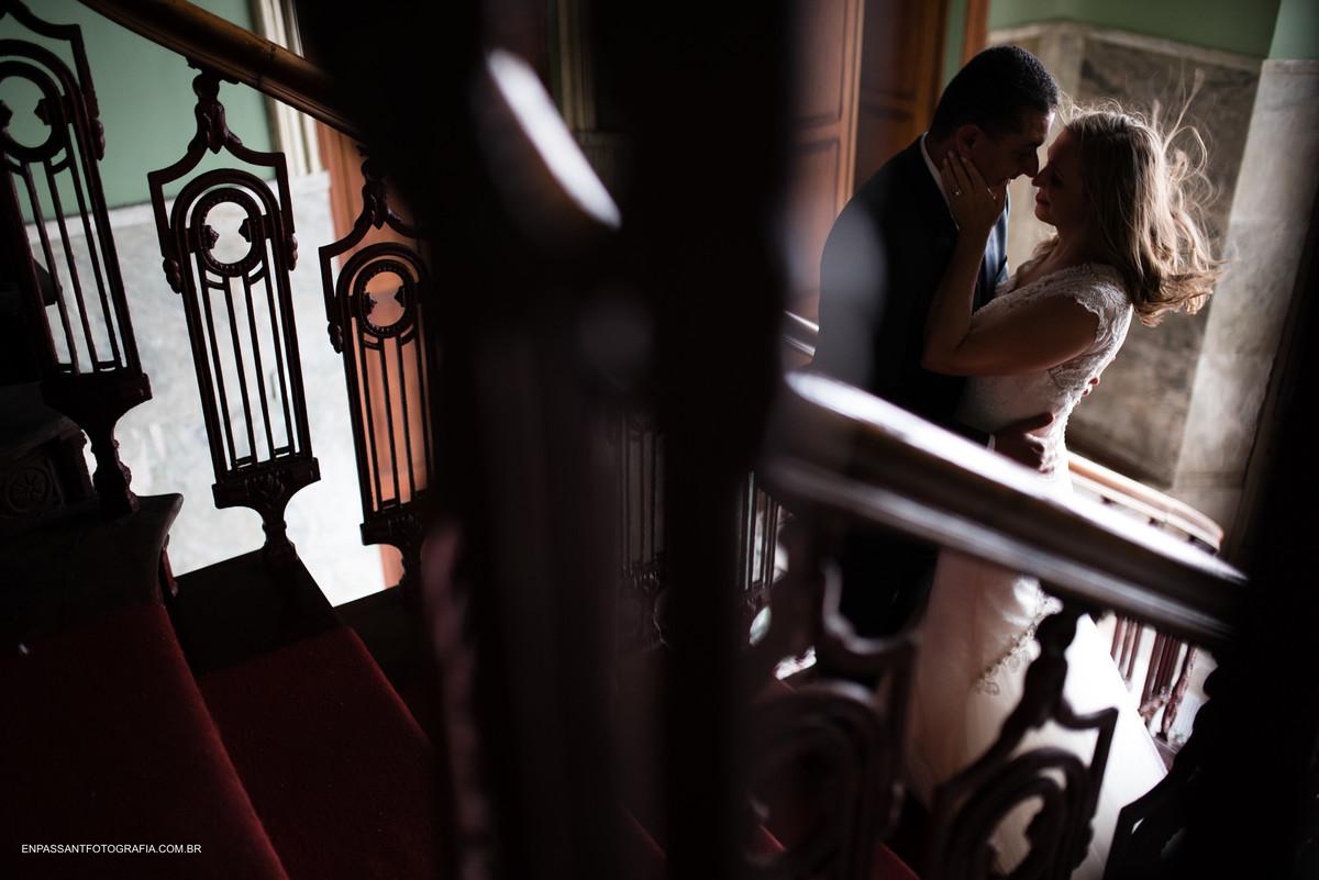 noivos abraçados na escada