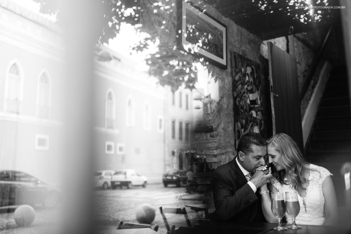 reflexo dos noivos abraçados