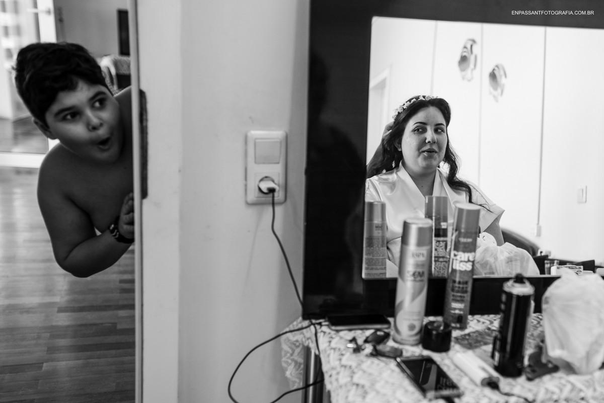 criança faz cara de surpresa com noiva no reflexo