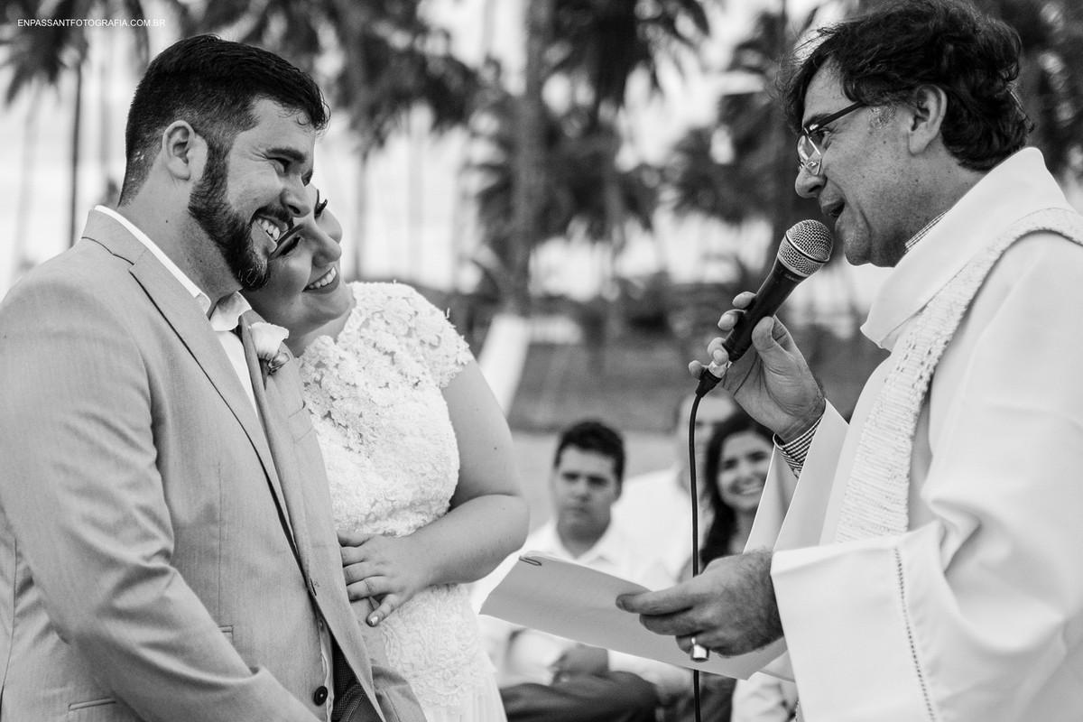 noivos se abraçando na cerimônia