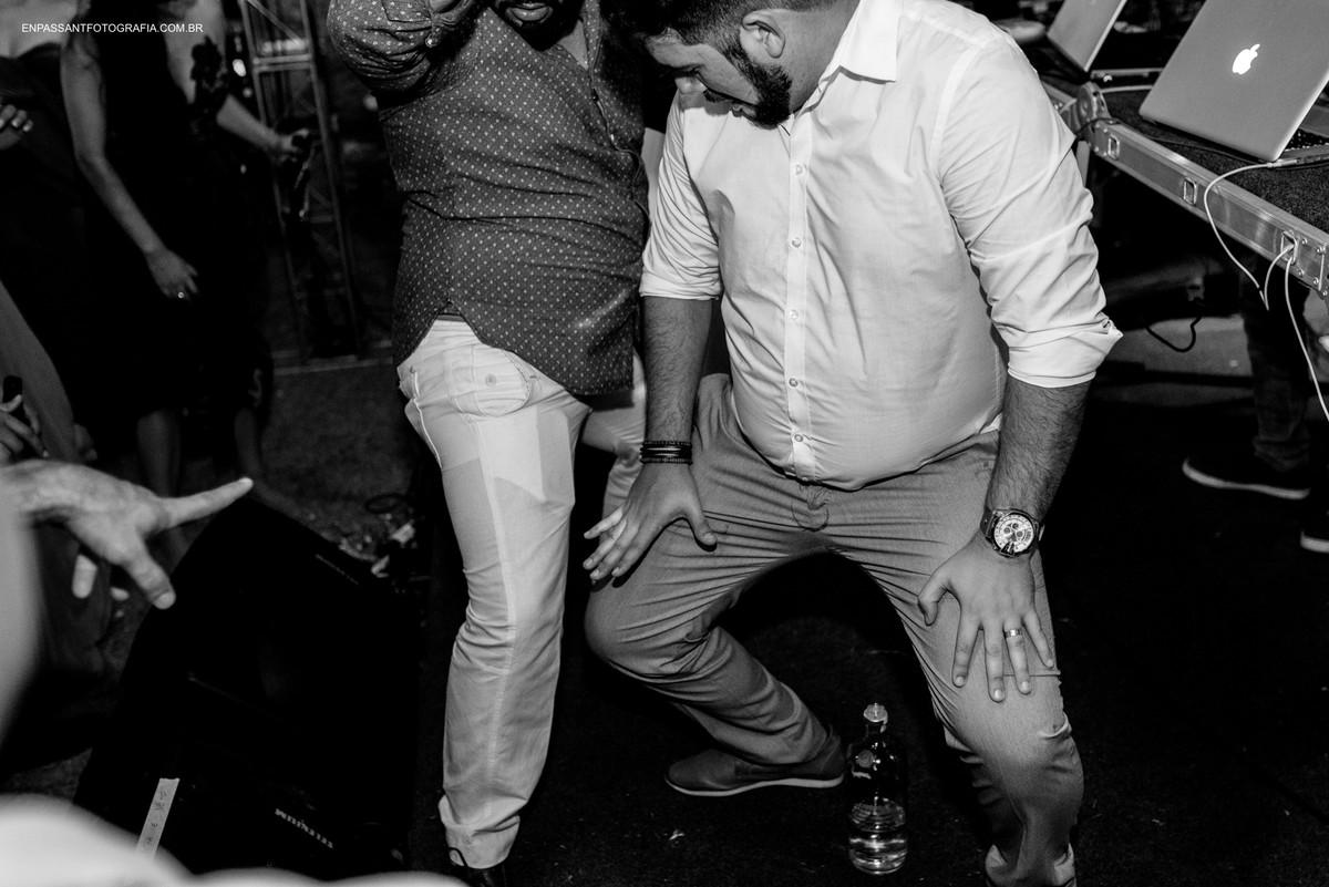 noivo e convidado dançando