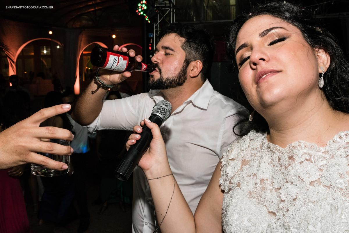 noiva dança enquanto noivo bebe