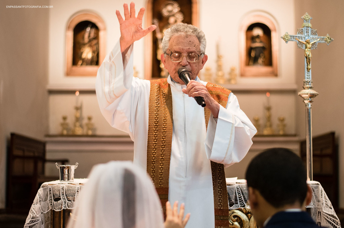 padre abençoando casal
