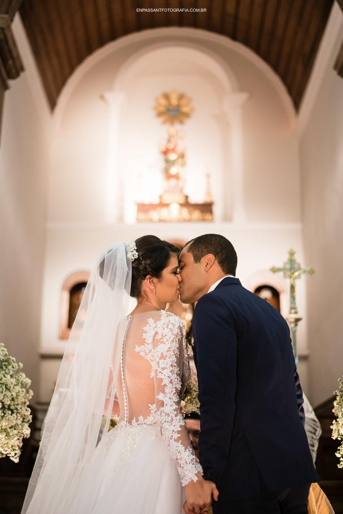 beijo do casal de noivos