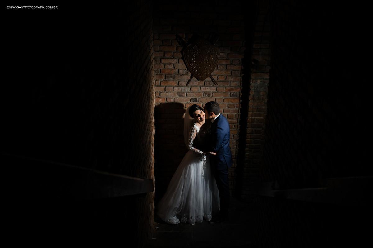 noivo beijando pescoço da noiva