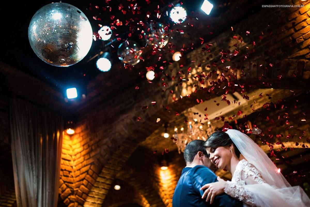 noivos dançando a valsa com globo de luz iluminando