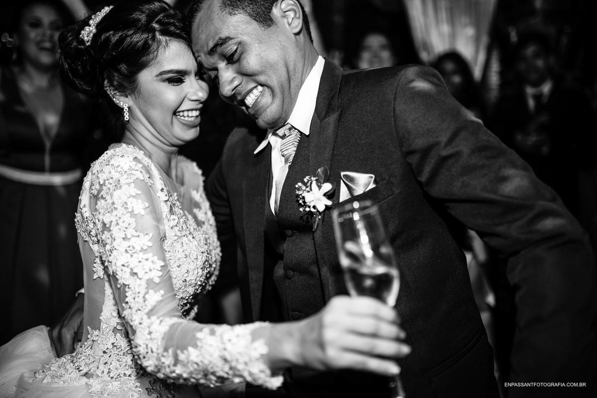 noivos dançando e noiva com taça de espumante