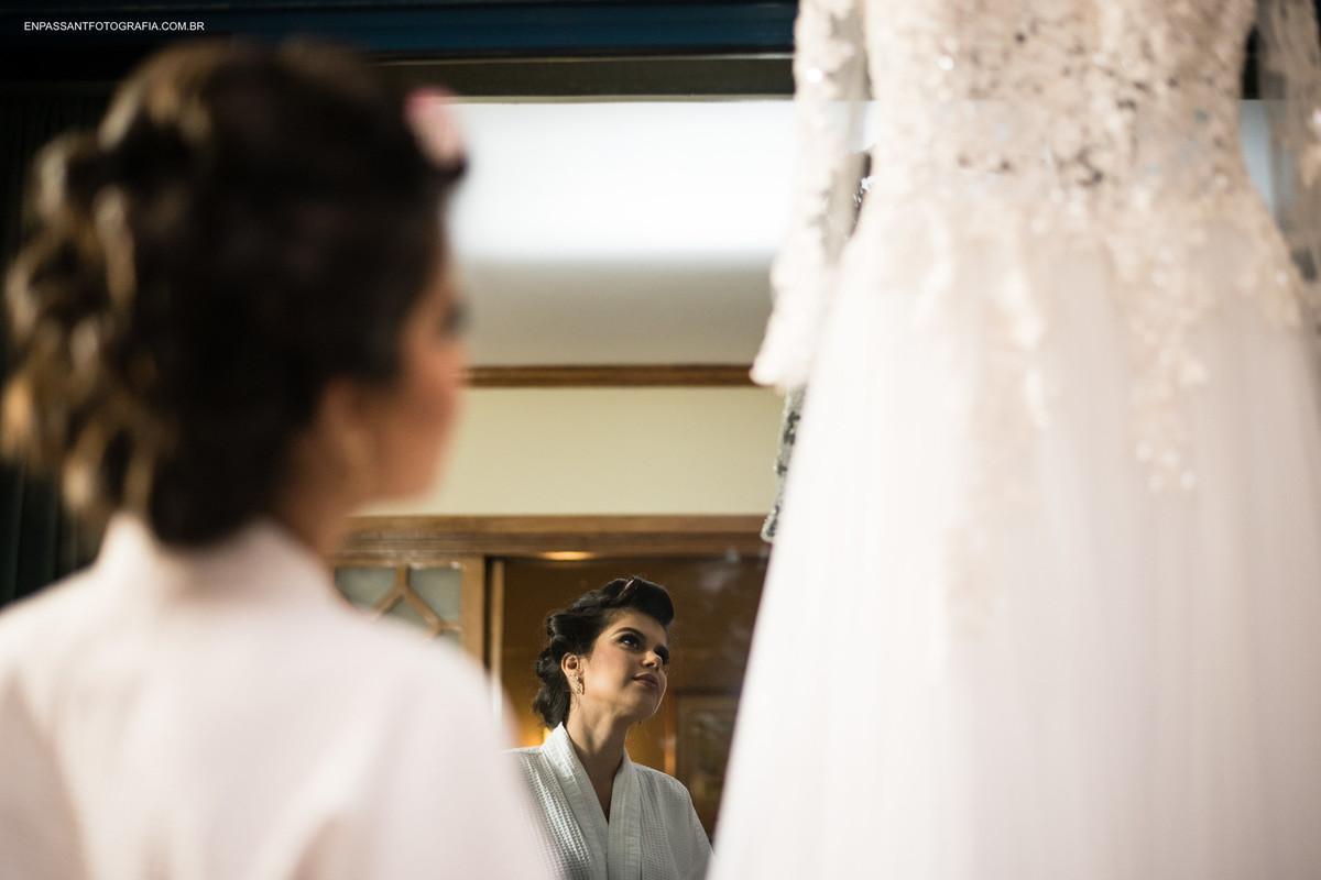 reflexo da noiva olhando o vestido