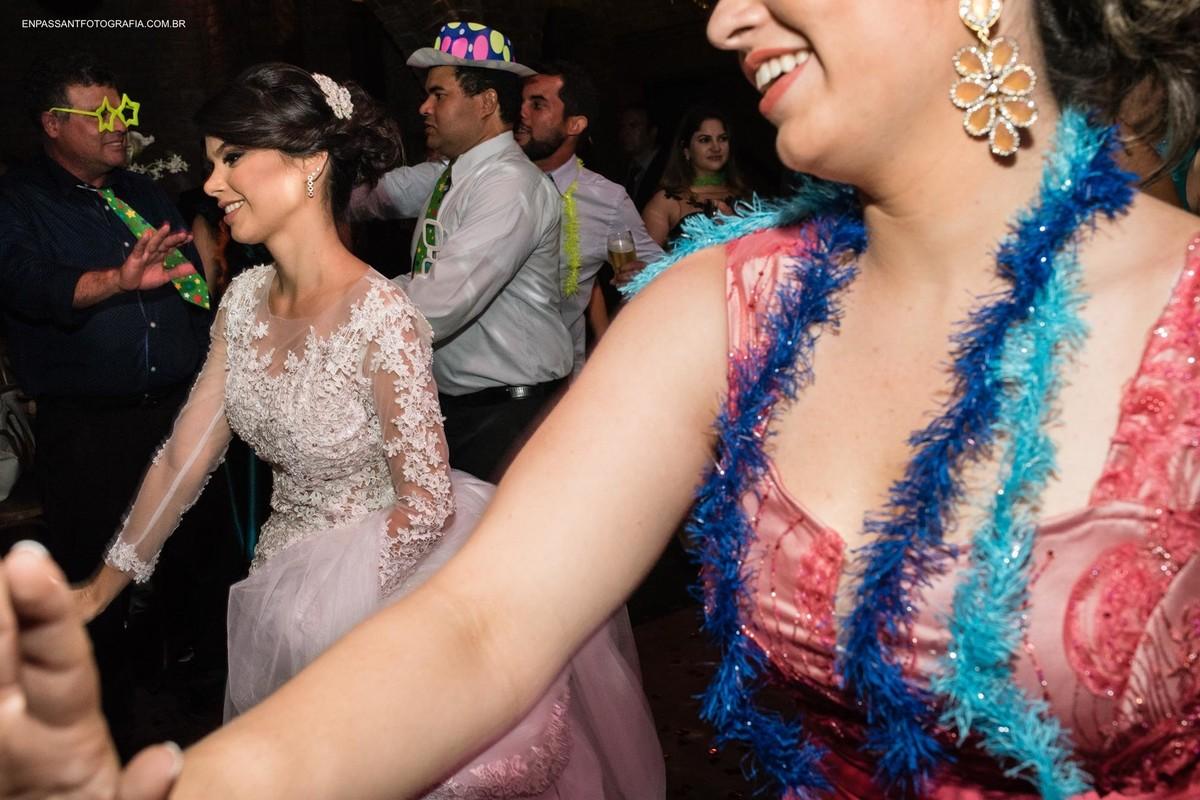 noiva dançando com convidados